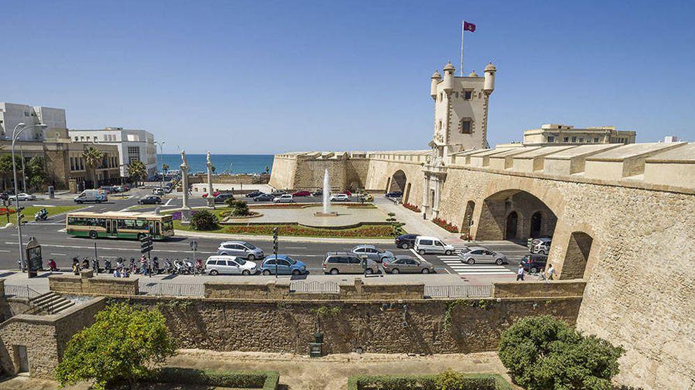 Foto: Puerta de Tierra de Cádiz, junto a la cual, en los sótanos de la antigua sede del Banco de España, se guarda la droga intervenida. (Wikipedia)