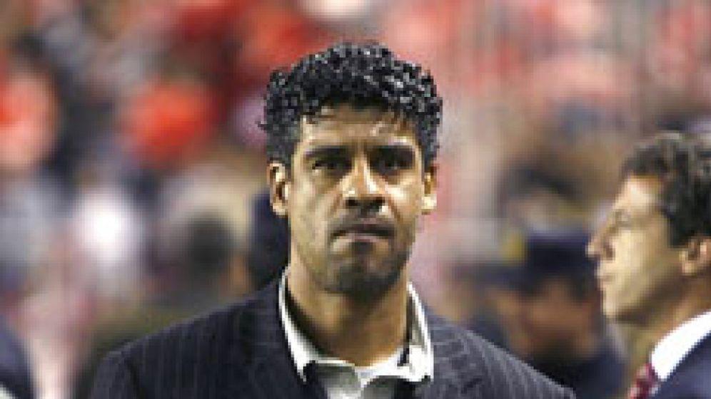 Foto: Un asistente de Rijkaard señala que el técnico se irá en unas semanas