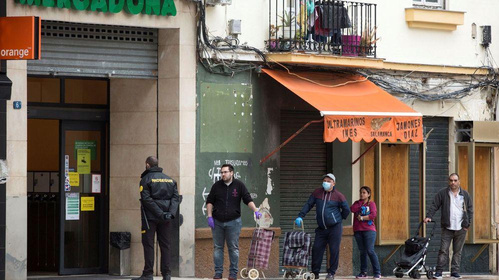 Foto: Ciudadanos haciendo cola para entrar en un supermercado. (EFE)