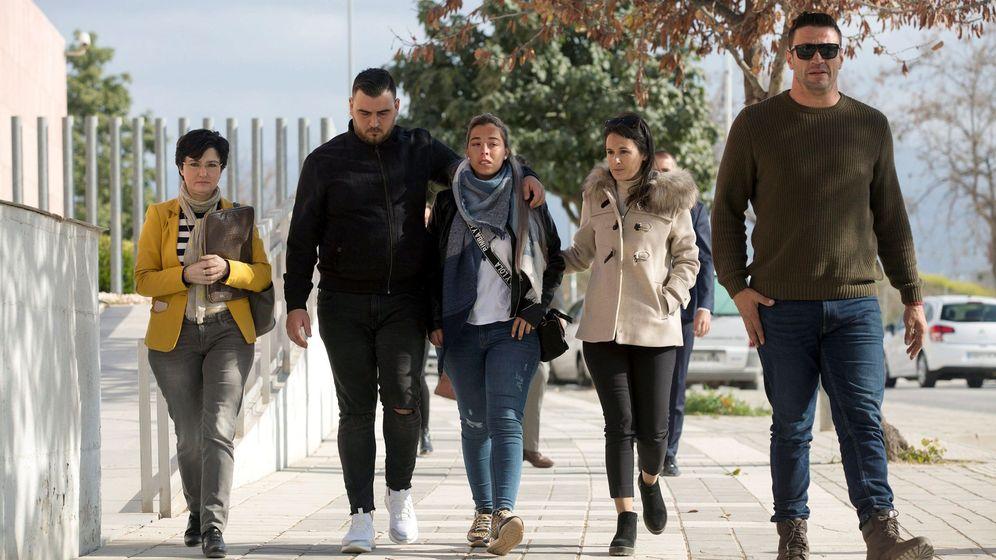 Foto: Los padres de Julen y la pareja del dueño del terreno citados a declarar ante la jueza en Málaga. (Efe)