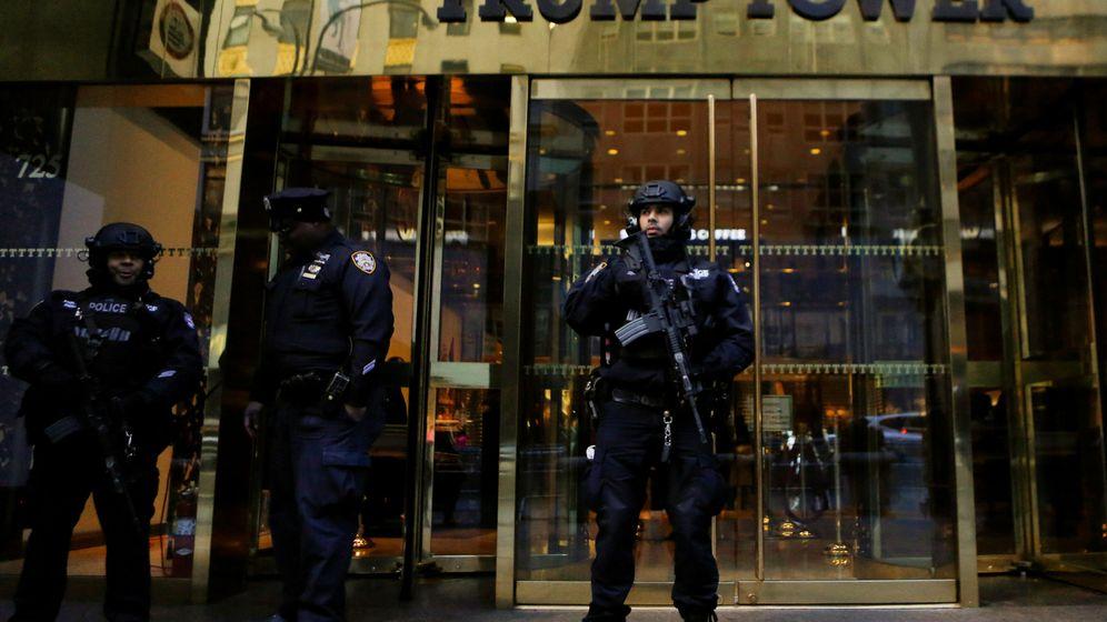Foto: Agentes del Servicio Secreto montan guardia frente a la Torre Trump en Nueva York, en noviembre de 2016. (Reuters)