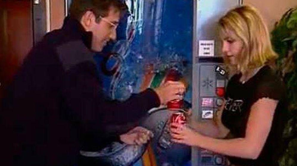 Foto: Emilio Aragón consiguiéndole una Coca Cola a Britney Spears.