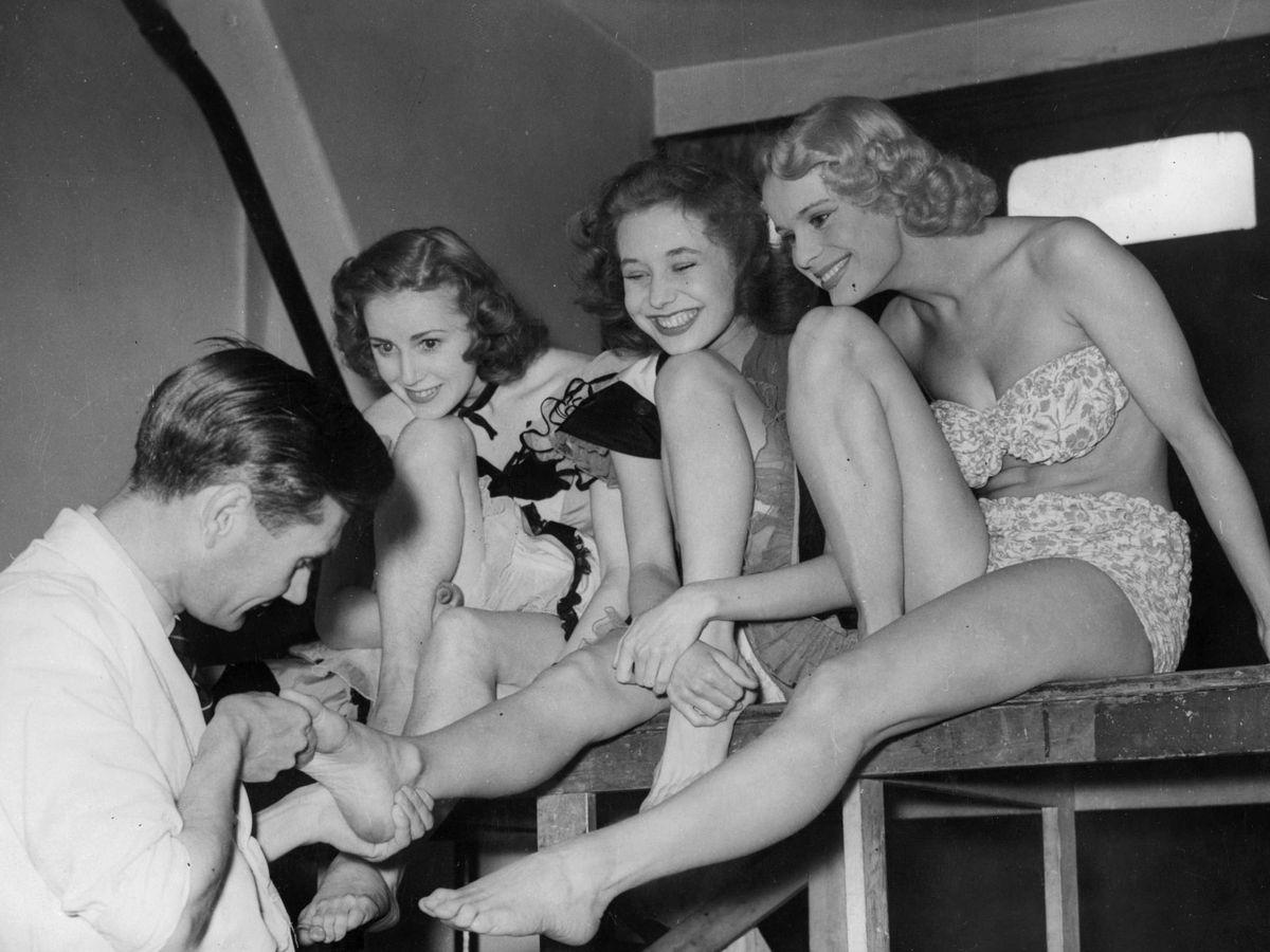 Foto: Bailarinas del Windmill en una sesión de pedicura. (Getty)