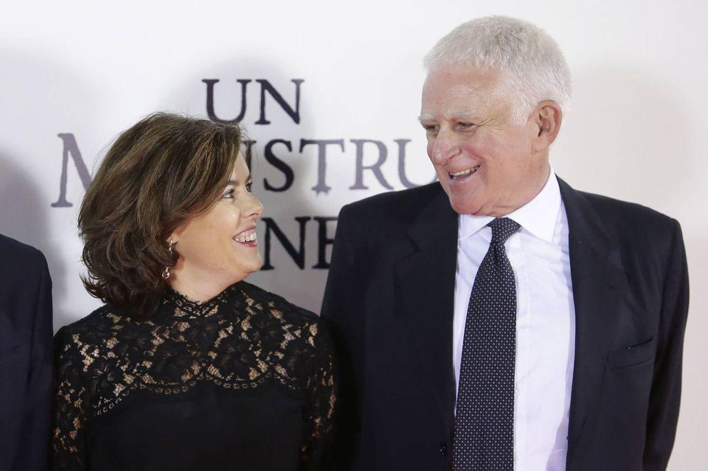 Foto: Paolo Vasile y Soraya Saenz de Santamaria, en el estreno de 'Un monstruo viene a verme', producida por Mediaset. (EFE)