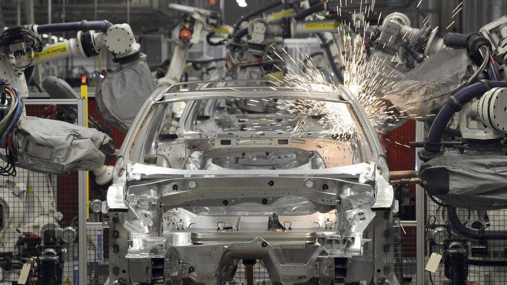 Foto: Imagen de una cadena de montaje de coches (EFE)