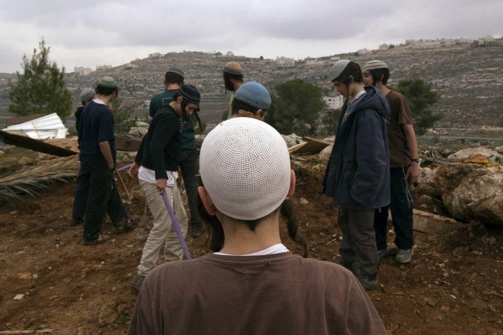 Foto: Colonos israelíes preparan una construcción no autorizada cerca de la ciudad de Hebrón, en Cisjordania. (Reuters)
