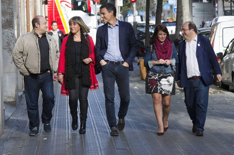 Foto: Pedro Sánchez y Miquel Iceta, llegando este 9 de octubre a la sede del PSC en Barcelona, con Carles Ruiz, Núria Marín y Adriana Lastra. (Borja Puig | PSOE)