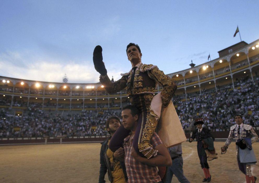 Foto: El diestro Daniel Luque a hombros al finalizar el festejo. (EFE)