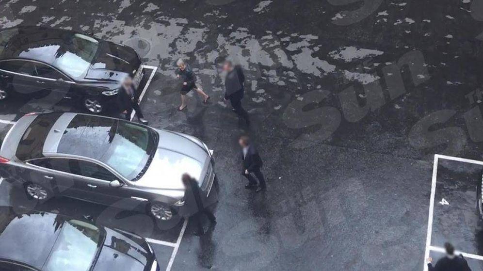 Foto: Theresa May, desorientada, se dirige a a un Jaguar de color plata. ('The Sun')
