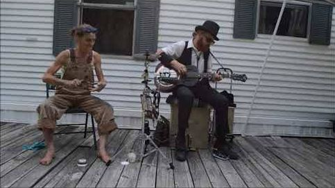 Sin escenario ni caja de ritmos: escucha este temazo interpretado con dos cucharas en un porche