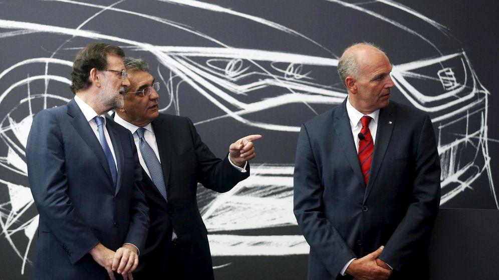 Foto: El presidente Mariano Rajoy (L) habla con el presidente del Consejo de Seat Francisco Javier Garcia Sanz (C) y Jürgen Stackmann, presidente de la firma (Reuters)