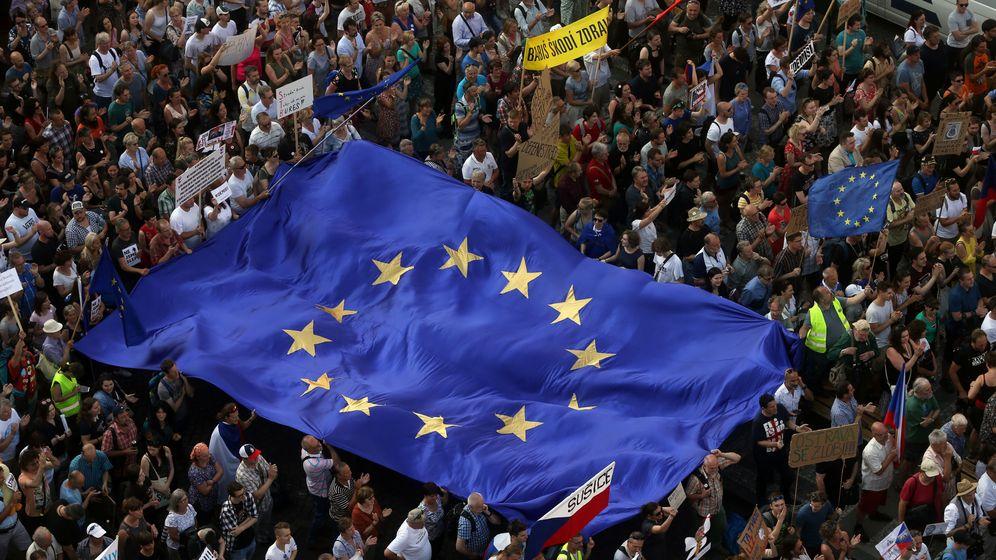 Foto: Bandera europea en una manifestación en República Checa. (Reuters)