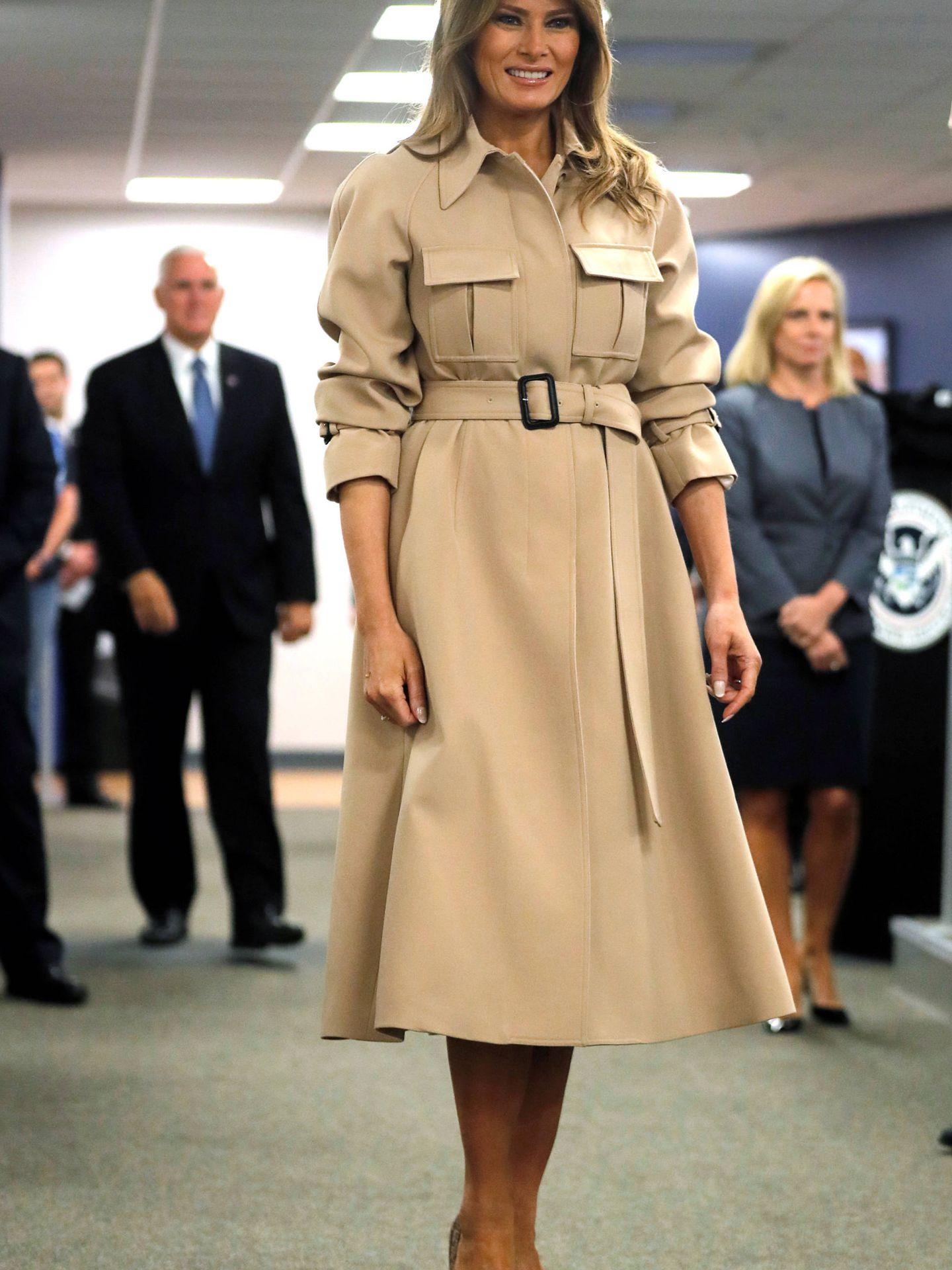 Melania Trump luce un abrigo-vestido de Céline. (Gtresonline)