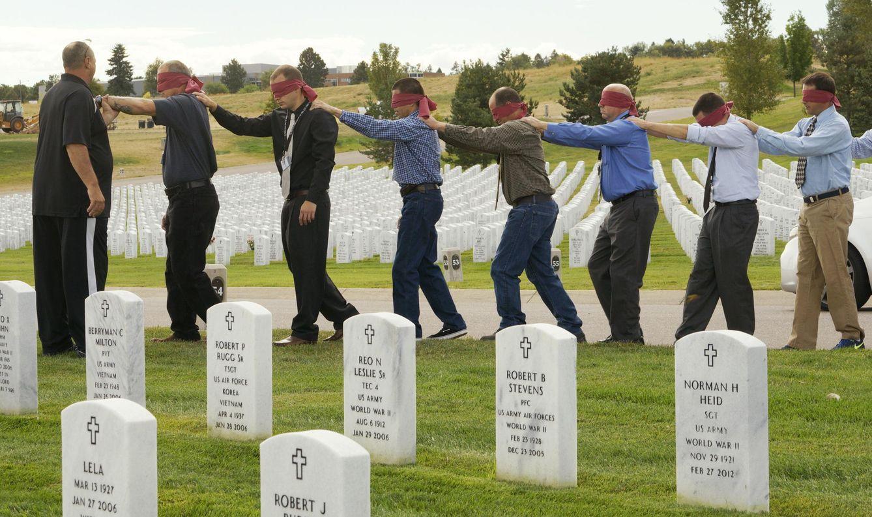 Foto: Pacientes de un programa de rehabilitación para adictos a las drogas, llamado Peer 1, en el cementerio Logan National, en Denver (Reuters).