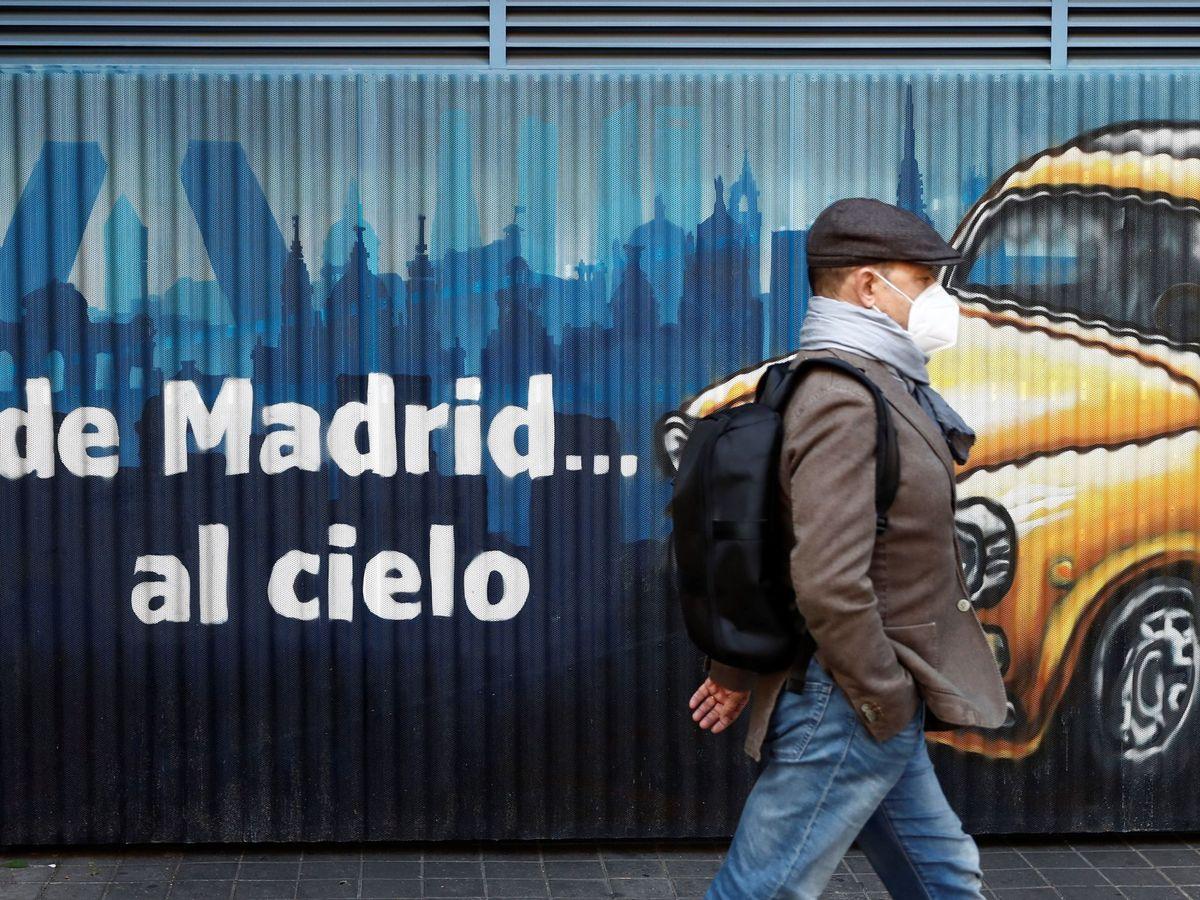 Foto: Una persona camina por la calle en la capital. (EFE)