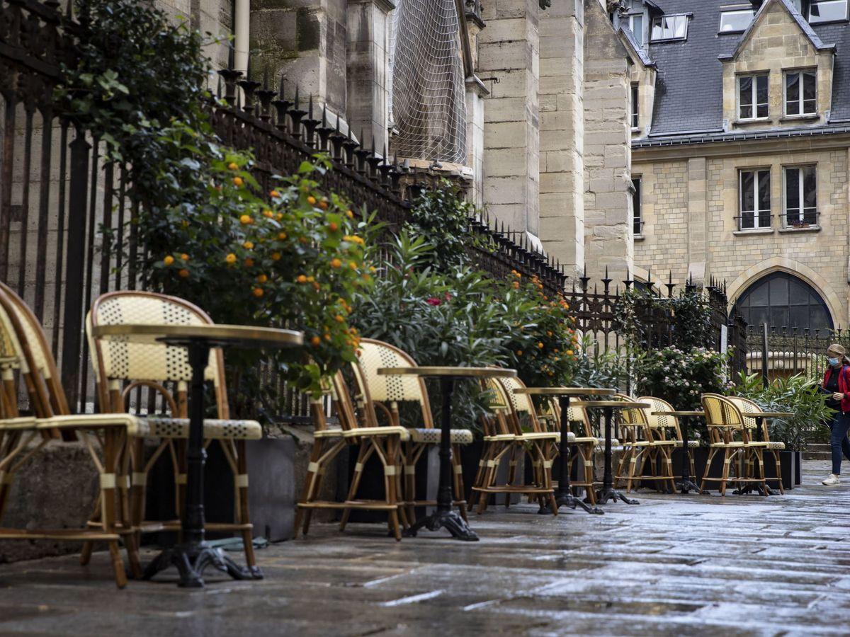 Foto: Una calle semivacía, en el centro de París. (EFE)