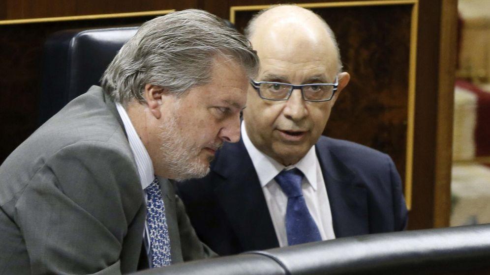 Foto: El ministro de Cultura, Íñigo Méndez de Vigo, dialoga con el ministro de Hacienda, Cristóbal Montoro. (EFE)