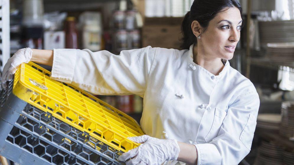 Foto: Cuando fregar platos es una alternativa al estrés del trabajo diario. (iStock)