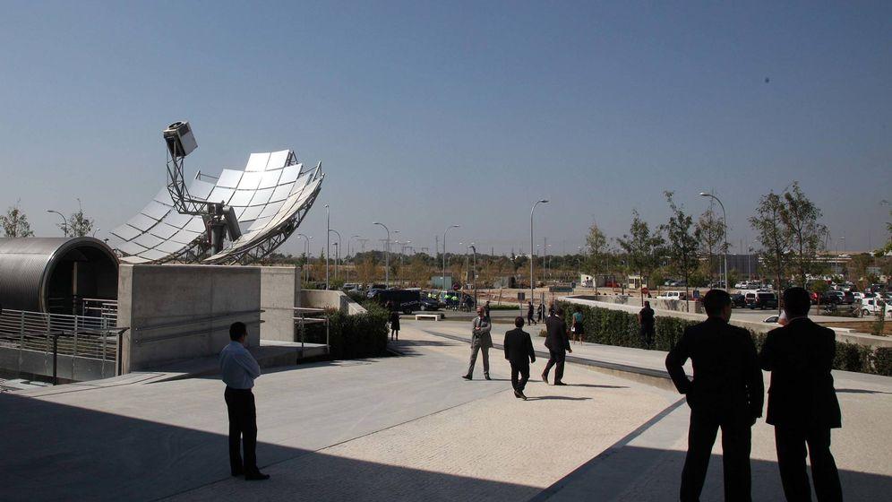 Foto: Empleados en la entrada de la sede de Palmas Altas en Sevilla. (Fernando Ruso)