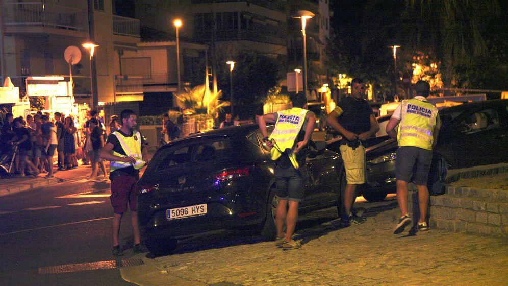 Foto: Un policía inspecciona un coche en Cambrils (Tarragona), donde cuatro presuntos terroristas han sido abatidos por los Mossos. (EFE)