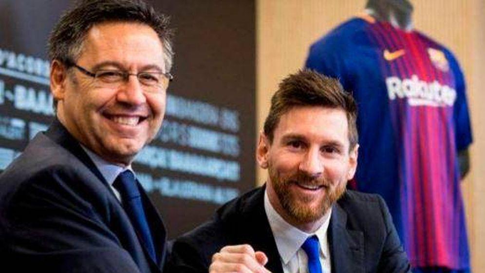 Foto: Josep Maria Bartomeu y Leo Messi, tras la última renovación del argentino con el Barça. (EFE)