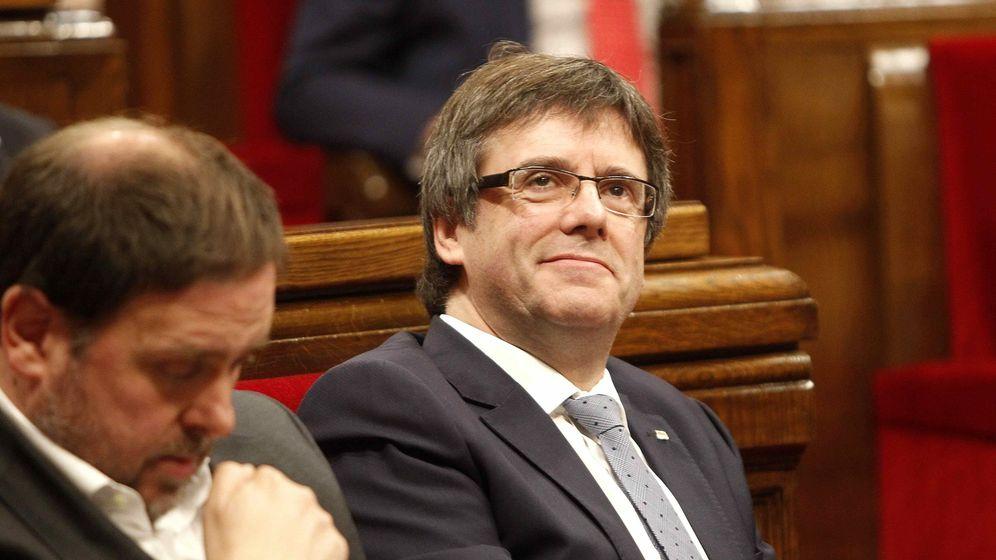 Foto: El presidente de la Generalitat, Carles Puigdemont, y el vicepresidente del Govern, Oriol Junqueras, en la sesión de control al Govern. (EFE)