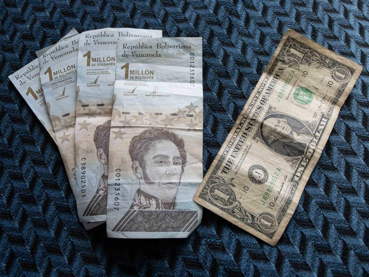 Foto: Cuatro billetes de un millón de bolívares, el equivalente a un dólar. (EFE)
