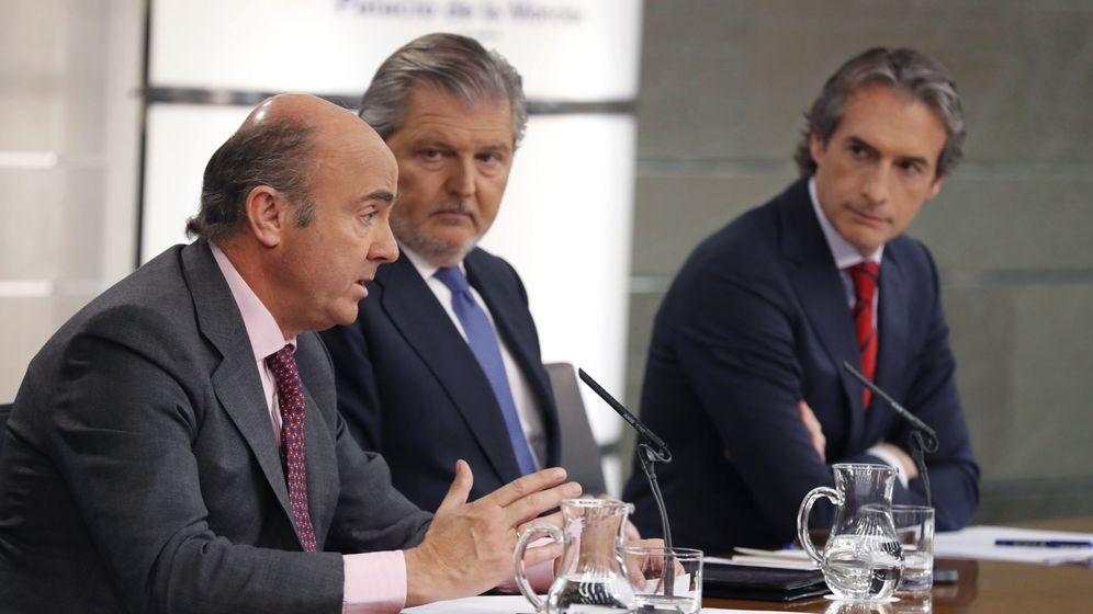 Foto: El ministro de Economía, Luis de Guindos, el portavoz del Gobierno, Íñigo Méndez de Vigo, y el Fomento, Íñigo de la Serna (de izda a dcha). (EFE)