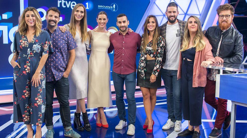 Foto: Raquel Sánchez Silva con los colaboradores de 'Lo siguiente'. (RTVE)