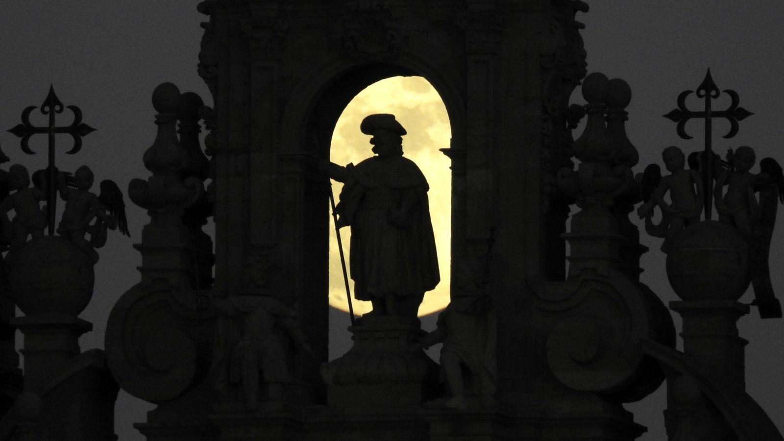 Foto: La luna llena asciende sobre la figura del Apóstol Santiago en la Catedral, en Santiago de Compostela. (Efe)