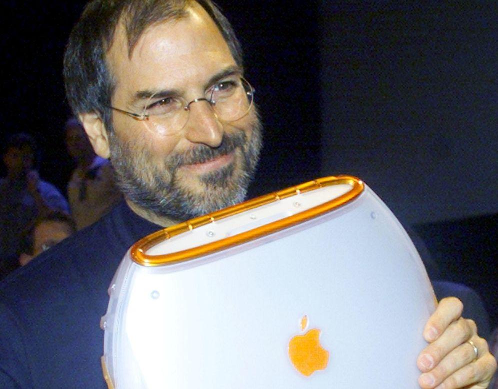 Foto: Steve Jobs posa con el nuevo iBook en 1999 (Foto: Reuters)