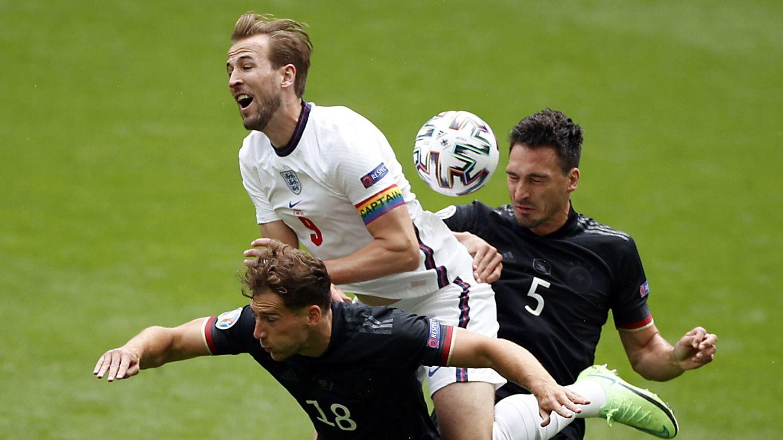 Kane pelea con Hummels y Goretzka un balón. (EFE)
