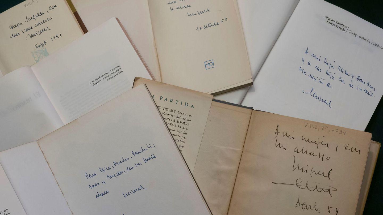 Vista de las dedicatorias de Miguel Delibes a sus familiares y amigos en sus libros. (EFE)