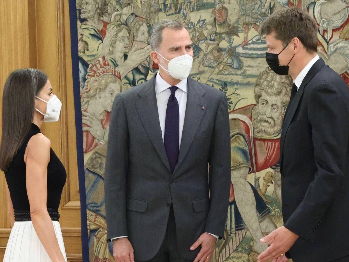 Foto: Los Reyes, con el embajador de Reino Unido. (Casa Real)