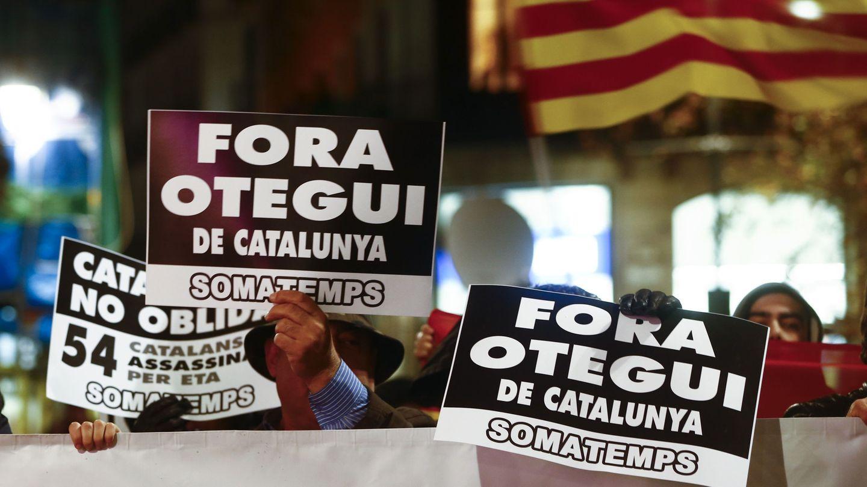 Protesta de Somatemps contra la presencia de Arnaldo Otegi en Barcelona en enero de 2017. (Efe)