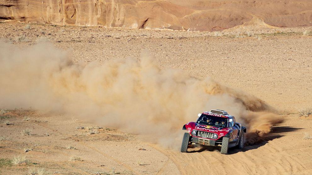 El manotazo de Carlos Sainz en el Dakar en las dunas y la aparición de Fernando Alonso