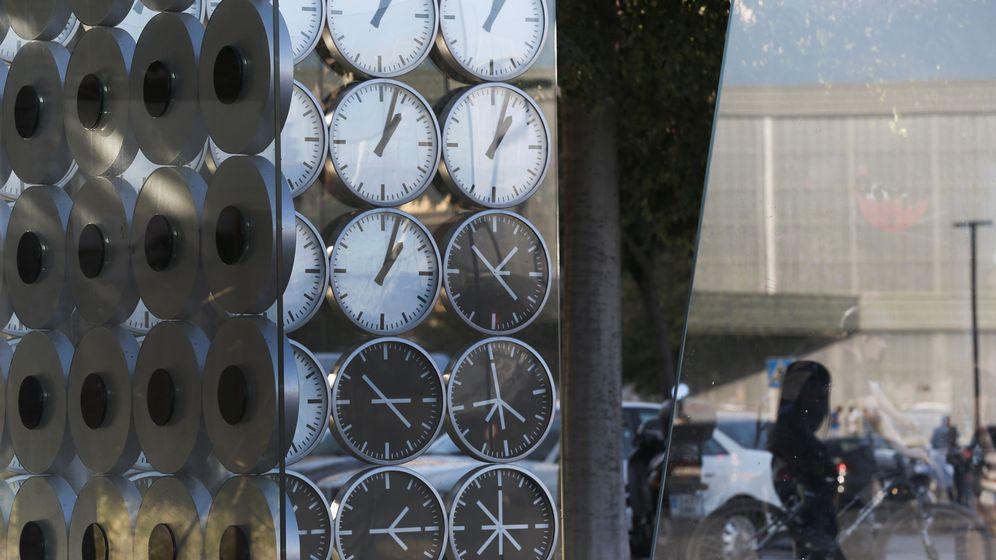 Foto: La escultura en homenaje a las victimas en la curva donde ocurrió el accidente en el que marca la hora excata del suceso. (EFE)