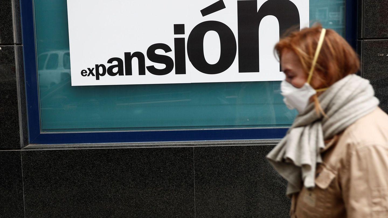 Una mujer pasa ante un cartel que ofrece productos financieros. (EFE)