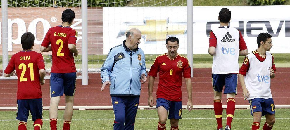 Foto: Del Bosque y Xavi conversan en un entrenamiento de la Roja (EFE)