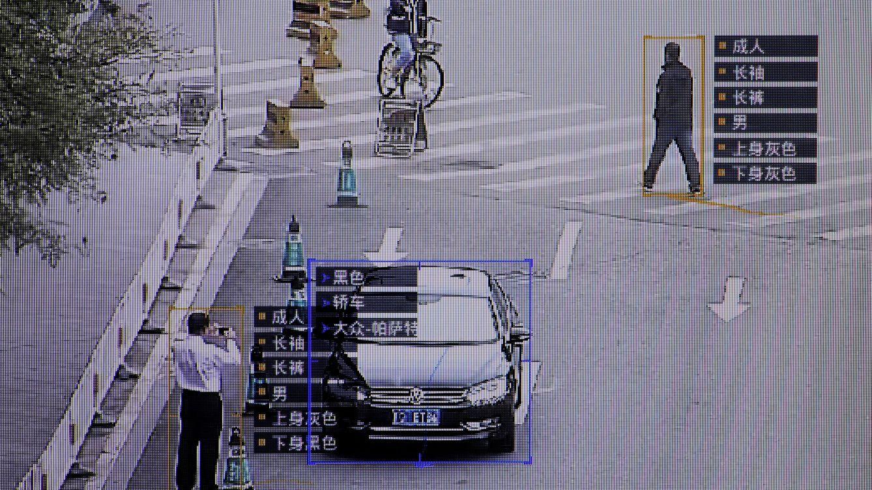 Foto: Un pantallazo del sistema de vigilancia chino SenseTime durante una prueba para periodistas en la oficina de la empresa en Pekín, en octubre de 2017. (Reuters)