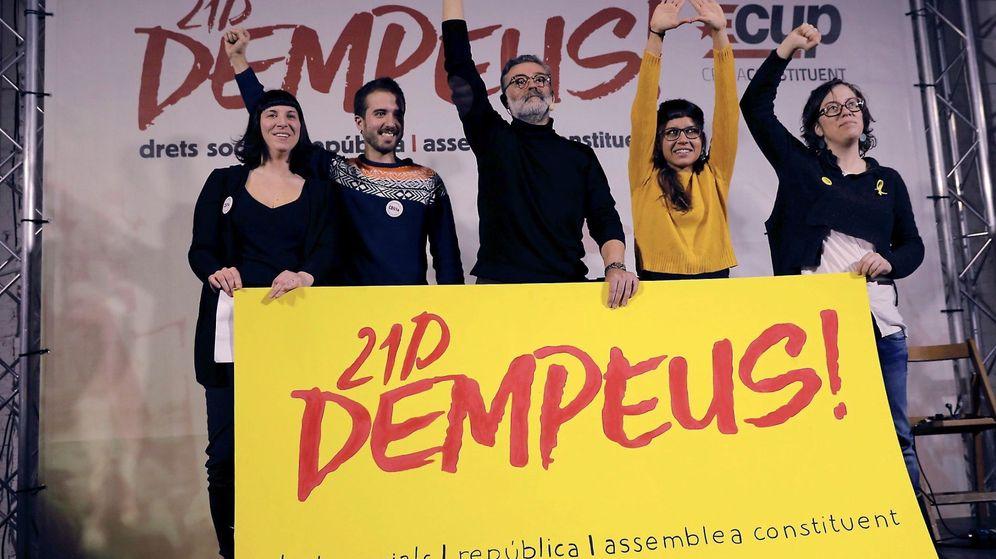 Foto: Los candidatos de la CUP Carles Riera, Eulalia Reguant y Maria Rovira. (EFE)