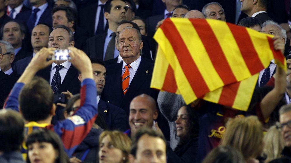 Foto: Juan Carlos I en el palco de Mestalla en la última final de Copa que disputaron Real Madrid y Barcelona (EFE)