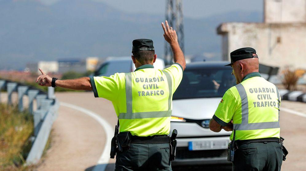 Foto: Imagen de archivo de dos agentes de la Guardia Civil de Tráfico dan el alto a un vehículo en un control de carreteras. (EFE)