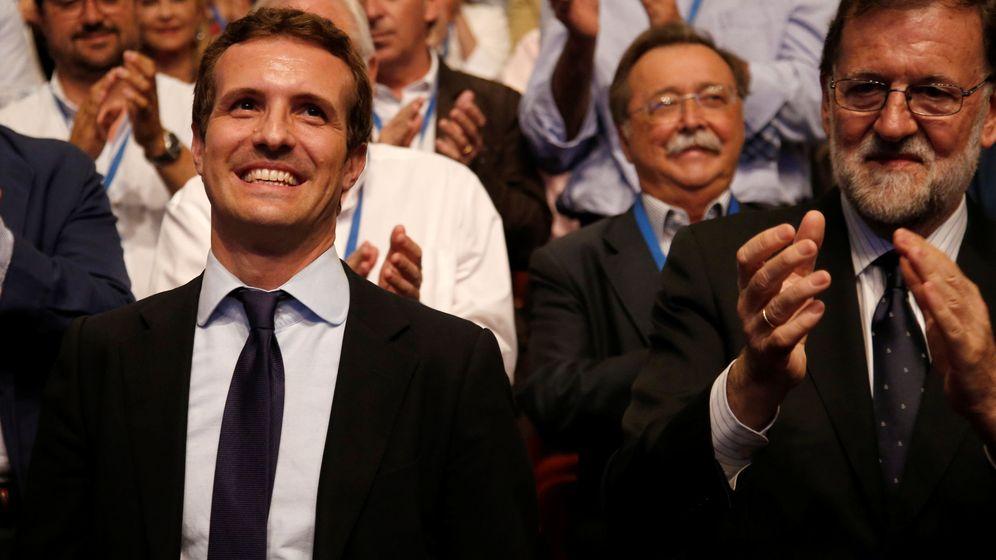 Foto: Pablo Casado recibe una ovación tras ganar las primarias del PP, a su lado el expresidente Mariano Rajoy. (Reuters)
