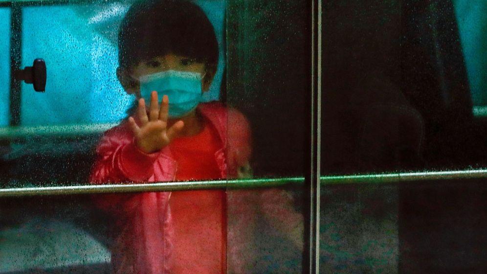 Foto: Una niña evacuada en Hong Kong por el coronavirus. (Reuters)