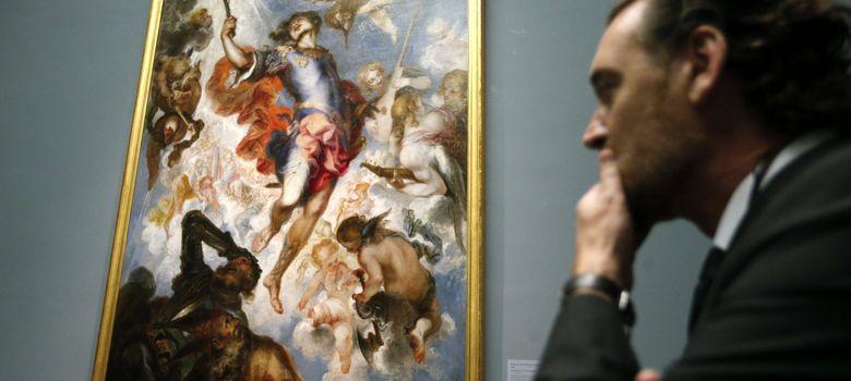 Foto: El director del Museo del Prado, Miguel Zugaza, observa un cuadro de la pinacoteca (EFE)