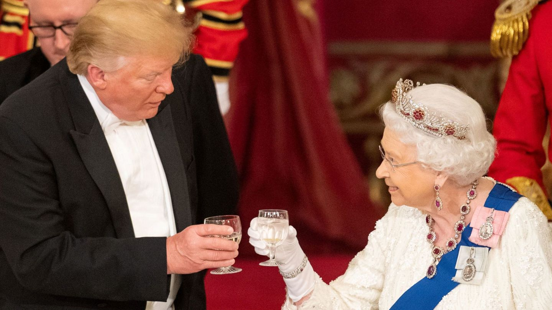 La reina Isabel, con Donald Trump. (Reuters)
