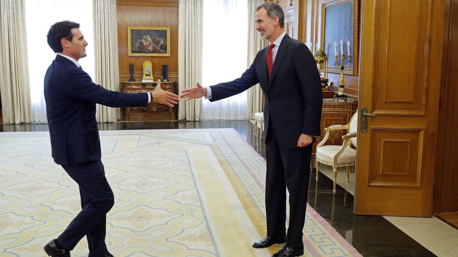 Foto: El Rey recibe a Albert Rivera en el marco de consultas con los líderes políticos en Zarzuela. (EFE)