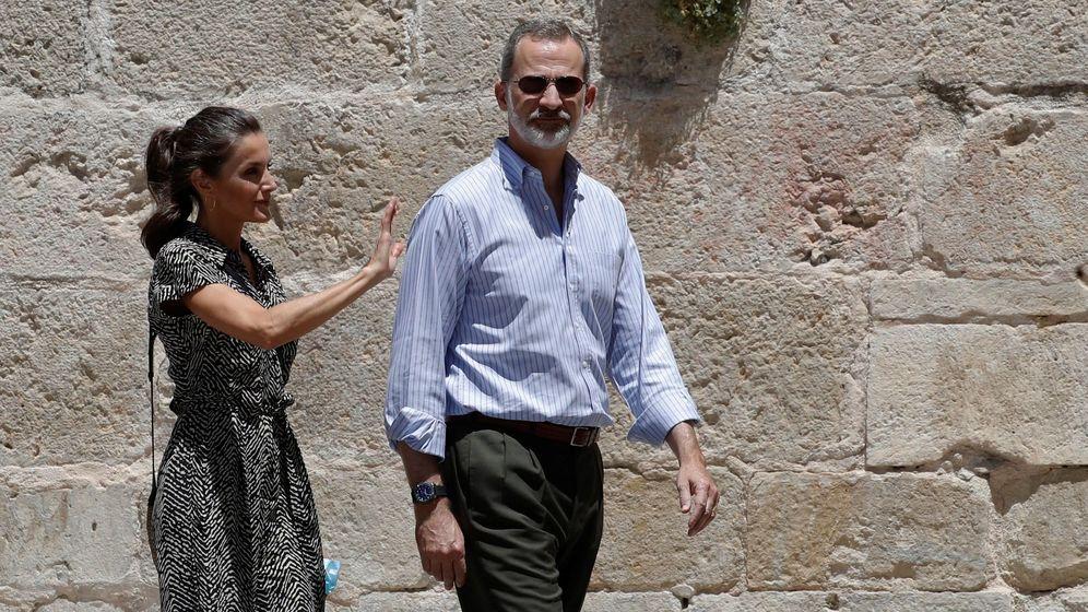 Foto: Felipe VI y doña Letizia pasean por una de las calles de la ciudad de Cuenca, este jueves. (EFE)