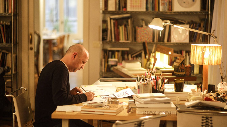 Foto: Imagen de Chus Burés en pleno proceso de creación. / GERMÁN SAIZ